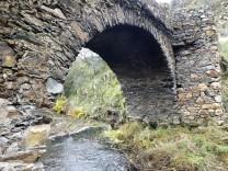 Ponte que passa a ribeira do castelo em Casas-da-Ribeira- Mação.