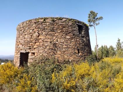 Velho moinho de vento em Colos, freguesia de Cardigos- Mação)