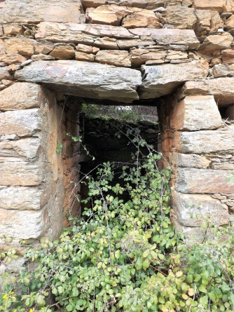 A entrada do moinho tem a lage que ajuda a suportar o peso da parede partida.