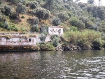 Velha casa na margem sul do Tejo.