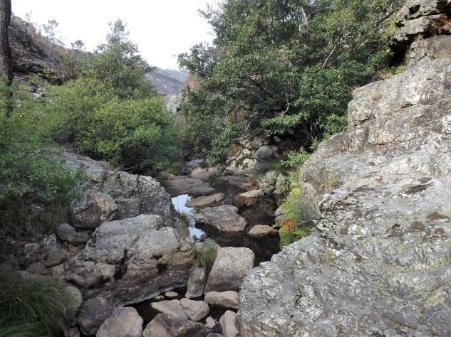 Apesar de tudo em volta estar em cinzas, neste vale ainda é possível encontrar paisagens de grande beleza.
