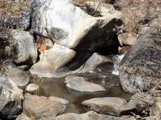 """A água de tanto roçar nestas pedras, vai as moldando a seu belo prazer. Já o ditado dizia: """"água mole em pedra dura..."""""""