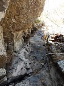 """Estas antigas levadas serviam para conduzir a água por gravidade até ao """"cabouco"""" das azenhas existentes mais abaixo."""
