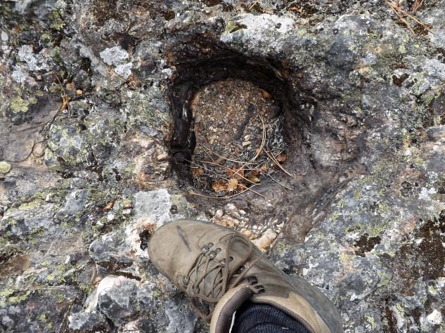 A água encontrou uma pequena fragilidade nesta rocha, e com os anos surgiu esta poça. Para alguns isto é coisas de bruxas. (risos)