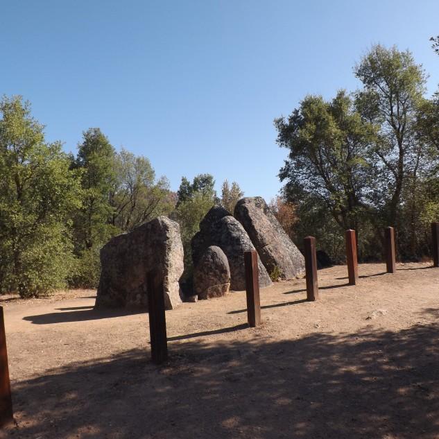 A Anta do Penedo Gordo (Concelho do Gavião) é composta por blocos de granito, ao contrário das antas encontradas no Concelho de Mação que são construídas em xisto.