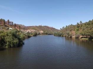 Aqui desagua a Ribeira de Eiras no Rio Tejo, outrora um fio de água bem mais pequeno, com a barragem é enorme!