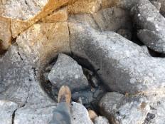 """Erosão provocada pela força da água: com o aumento da corrente no Inverno aquelas pedras começarão a saltitar dentro daquela """"poça"""" continuando assim a desgastar a rocha."""