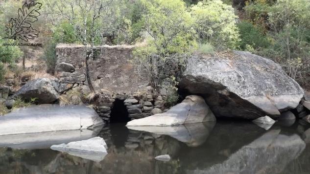 Quando a cota da barragem está no máximo a cave desta azenha fica submersa, ora reparem na marca da água na rocha no lado direito.