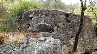 Ao construírem estas paredes aproveitaram os rochedos já ali existentes, ora reparem.