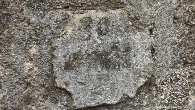 """Numa parede está um """"escrito"""" que não consigo decifrar."""