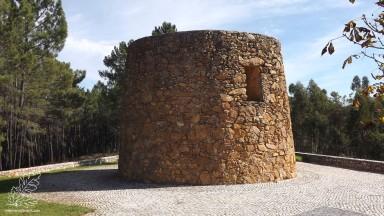 Dos quatro moinho de vento apenas este está com as paredes de pedra à vista, apesar de não ter as pás e o telhado não deixa de ficar bem na paisagem.
