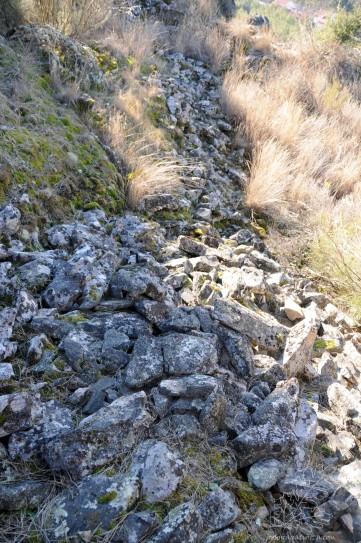 Por vários locais observei montes ou filas de pedras, possivelmente locais onde estariam as antigas muralhas, pois as rochas não afloram daquele modo na paisagem.