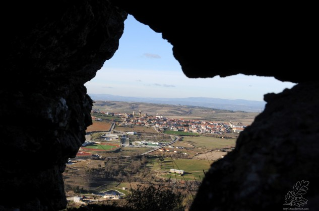 O castelo de Mogadouro visto por um buraco entre as rochas.