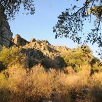 Pelo lado sudeste desço a serra, poucas horas restarão de sol, mas por agora ele ainda bate nas rochas.