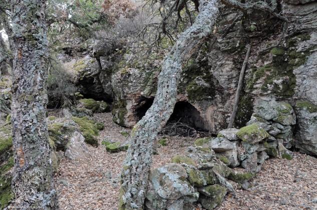Segundo os antigos ali os pastores abrigavam-se da chuva ou do frio enquanto o gado pastaria.