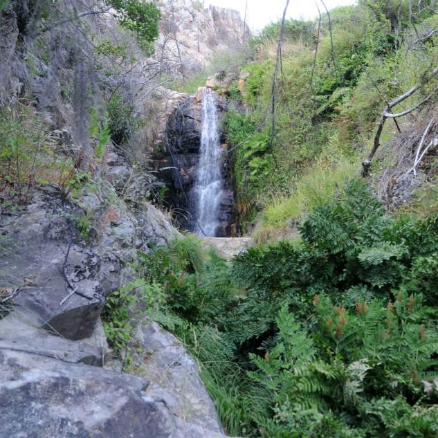 Nas proximidades do castro, uma cascata na Ribeira do Caratão.