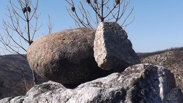 Vestígios da utilização deste castro, neste caso rochas de granito, que não existe ali por perto.