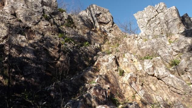 Nestas rochas existe umas escadas naturais. Subi por lá e servem perfeitamente.
