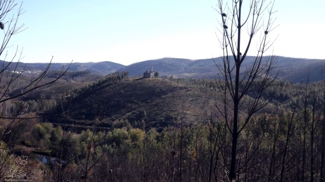 Ao longe o Moinho da Fadagosa e mais atrás a povoação do Vale do Grou.