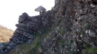 Lá em cima um rochedo destaca-se...