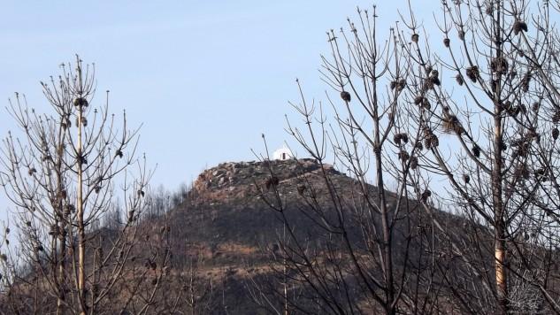 Lá no alto a Capela de São Gens.