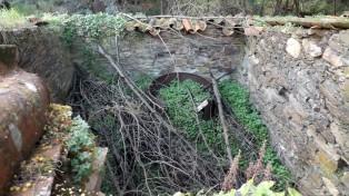Aspecto do interior do moinho em ruínas.