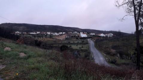 Com a aldeia a ficar para trás no lado esquerdo do meu ombro, descemos em direcção à ribeira.