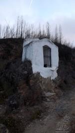 Uma pequena construção em memória dos que ali morreram afogados ao tentar atravessar a ribeira antes de existir a velha ponte.