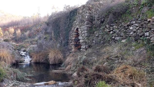 Na margem esquerda da ribeira, está um velho moinho. Na fotografia está no lado direito, não se esqueçam que estou a subir a ribeira.