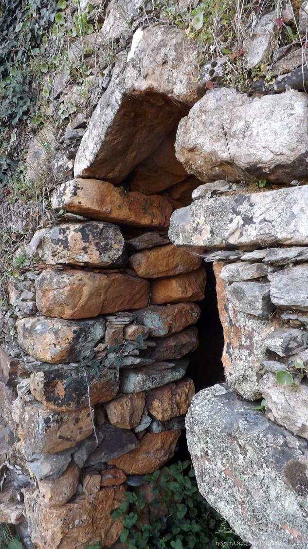 A forma como aquelas duas pedras foram colocadas, suportando assim o peso acima da saída do cabouco.