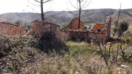 Umas ruínas à esquerda, já me aproximo da aldeia.