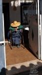Ao passar, uma velhinha descansa debaixo do seu chapéu de palha, não nos escuta. Com um pouco de atrevimento tiro uma foto.
