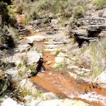 Nesta zona ao apanhar este declive cheio de rochas a água vai descendo formando pequenas cascatas…
