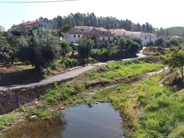 Ribeira de Eiras quando passa na aldeia do Castelo.