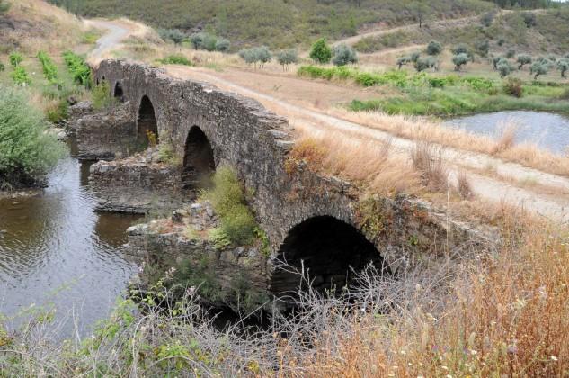 Esta ponte possui quatro arcos todos diferentes e quatro talhamares.