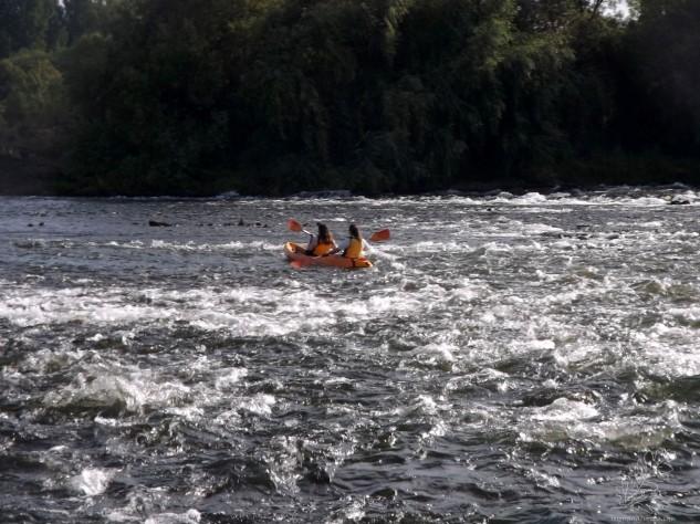 E ali vai a Joana e a Carolina, rio a baixo...