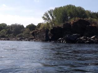 Nas margens do rio a vegetação é bonita e ponteada com construções humanas, azenhas, pesqueiras, encontram-se um pouco por todo o lado.