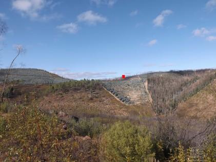 """Observando já do lado do """"dito"""" castro... o ponto assinalado a vermelho é o local onde estava com o Gonçalo Lobato quando observei a estranha formação rochosa..."""