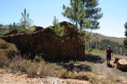 Hoje em ruínas, a casa de uma família que seriam os seus avós, mãe e quatro tias, ali permanece apesar do passar dos anos…