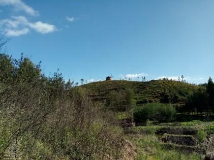 Em baixo no lado direito da foto, estão as ruínas de uma velha azenha de um moinho de água.